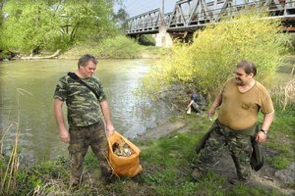 Na čistenie brehov sú zvyknutí. Miro Bazijuk (vpravo) s kamarátmi rybármi.