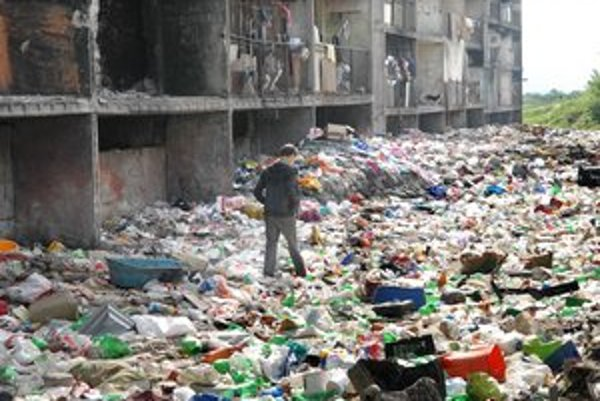 Odpadky. Po rozmrznutí z nich vraj vybehli stovky potkanov.