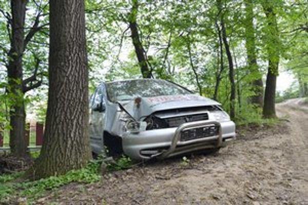 Auto v lese. Straší tam už niekoľko mesiacov, zlodeji ho pomaly rozkrádajú.