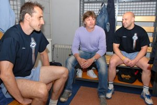 Staronové tváre v košickej kabíne - zľava Peter Bartoš, tréner Anton Tomko a Jiří Bicek.