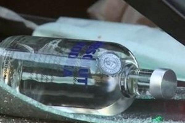 Z auta vypadla fľaša vodky.