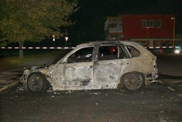 Zhorené auto určite skončí v šrote.