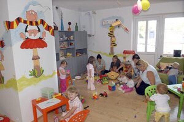 """Deti si centrum užívajú. Môžu si kresliť aj variť v """"kuchynke""""."""