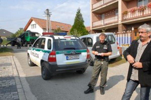 Budimír. Starosta Vojtech Staňo dal zátarasu odstrániť a zavolal políciu.