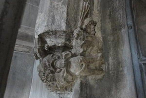 Hárum palicarum. V kapitulnej sakristii musia dať reštaurátori do poriadku aj figurálny výjav trestu troch palíc, ktorým neraz previnilca ubili i na smrť.