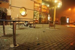 Zdemolovaný kôš pri vchode do McDonald´s, kde sa odohral útok.