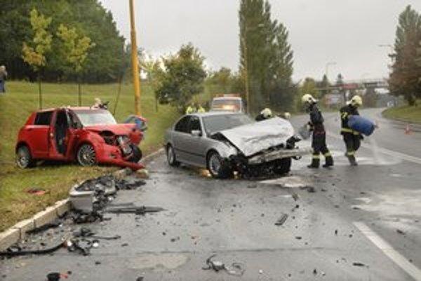 Po nehode. Autá boli po zrážke totálne zničené.