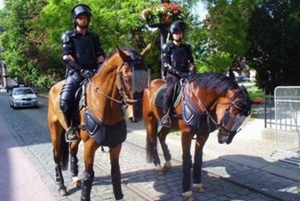 Jazdná polícia na Hlavnej. V centre mesta sú atrakciou.