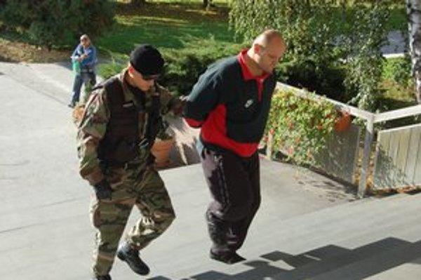 Erik Adamčo čelí obvineniu z vraždy Jaroslava Baláža. Sudca ho vzal do väzby.