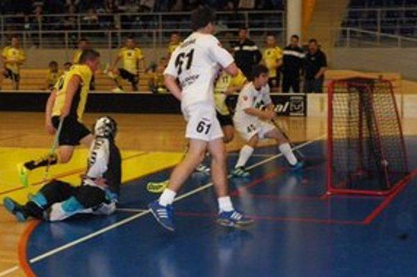 Adam Kešeľák strieľa gól a upravuje na konečných 13:4 pre ATU.