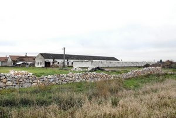 Bývalá maštaľ je už sčasti prerobená. Stavbu však obecný úrad pozastavil.