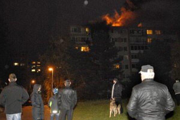 Pondelok. Plamene šľahali do niekoľkometrovej výšky.
