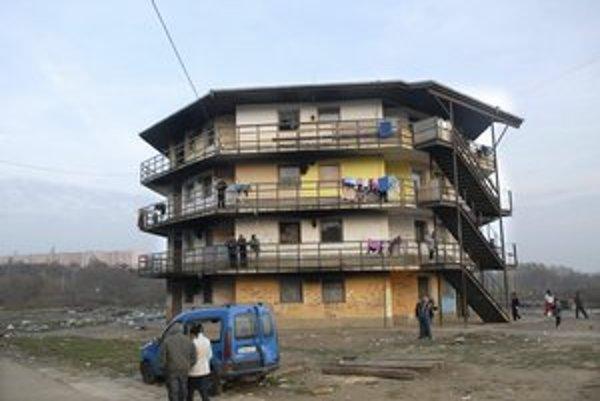 Byt na 3. poschodí vyhorel takmer do tla, matka a deti sa zachránili.