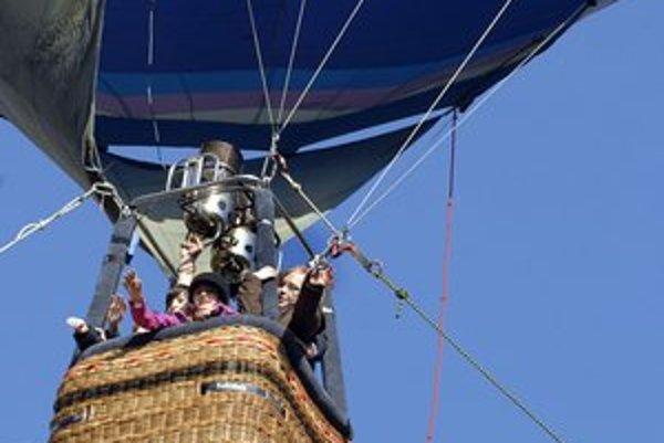 Let balónom. Deti veľmi potešil.