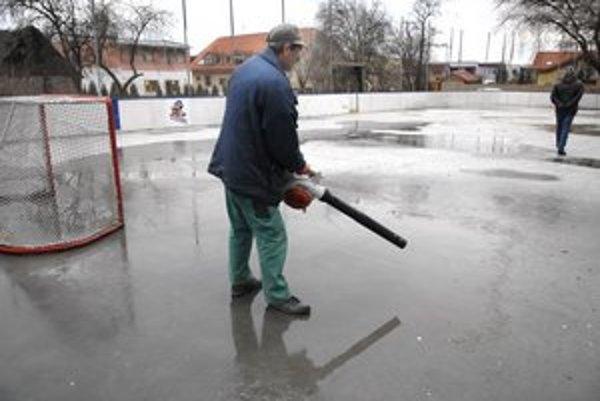 Prípravy na otvorenie vrcholia. Deti si budú môcť zahrať hokej na skutočnom ihrisku.