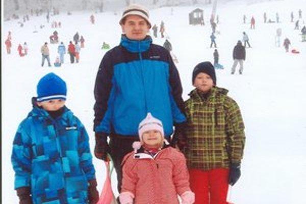 Starosta s deťmi. Takto si v zime užívali sánkovačku.