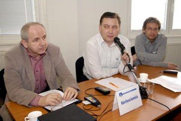 Jozef Figeľ (vľavo) predniesol návrh na zvýšenie hornej hranice dotácií.