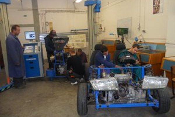 Modely. Vpravo je bugina, vľavo zas motor pripojený na tester.