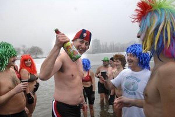 Otužovanie aj oslava nového roka. Tulene spojili príjemné s užitočným.