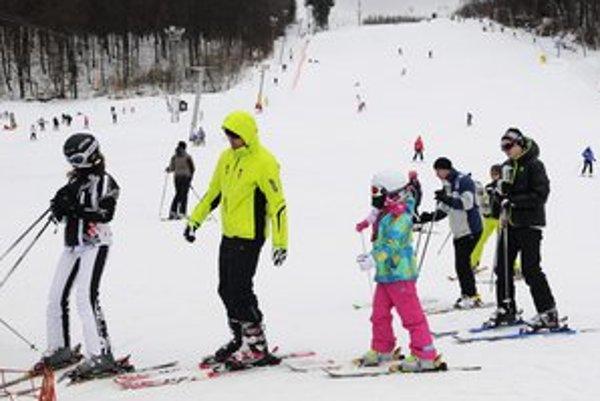 Svahy boli plné lyžiarov.