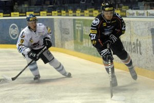 Michal Novák (vpravo) nemá problém zhodiť rukavice, ale bitke sa má vyhnúť.