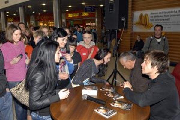 Divácky ošiaľ. Autogramiády sa zúčastnilo množstvo Košičanov.