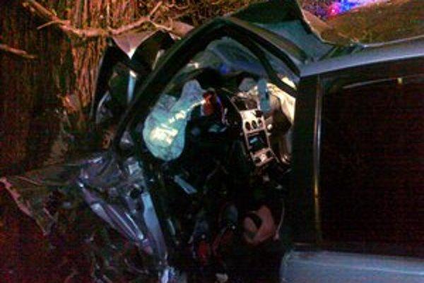 Tragická nehoda. Keby auto nevrazilo do stromu, skončilo by v Hornáde.