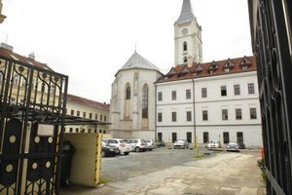 Cirkevný areál na Kováčskej. Parkovací dom bude mať tri podzemné a dve nadzemné podlažia. Stavbu zaplatí súkromný investor.