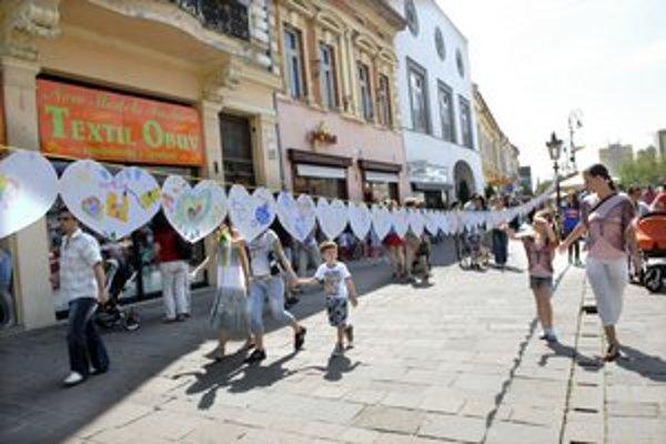 V Košiciach vytvorili vyše 50-metrovú srdiečkovú reťaz pre mamy.
