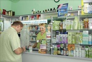 V lekárni, Ľudia si bez receptu kupujú najmä lieky proti bolesti a chrípke.