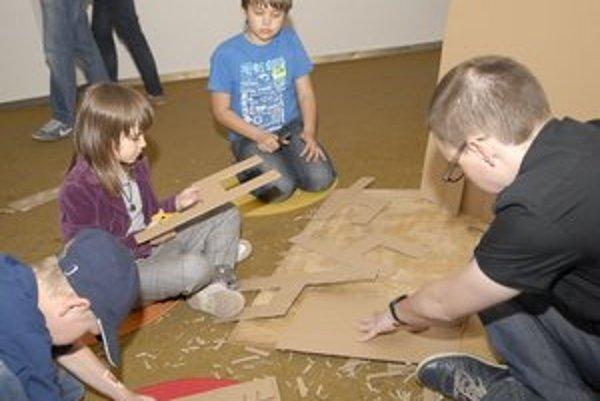 Stoličky z papiera. Súrodencom Danielovi a Lily išla ich výroba ako po masle.