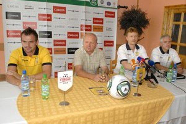 Športový riaditeľ (druhý sprava) Ivan Kozák rieši prestupy i plán prípravy na novú sezónu.