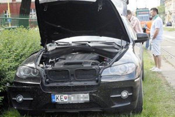 Po náraze auto skončilo na tráve.