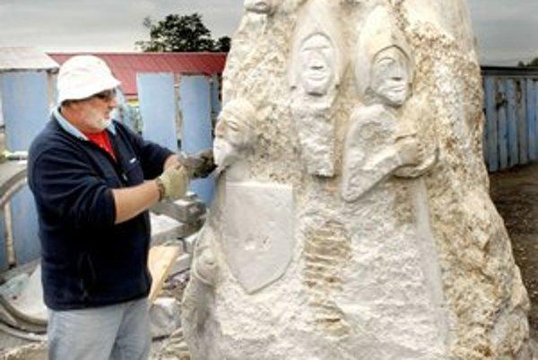"""Ladislav Staňo starší. So synom """"makajú"""" na soche už dva mesiace."""