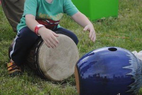 Exotické hudobné nástroje. Deti si ich mohli vyskúšať. A urobili to s veľkou radosťou.