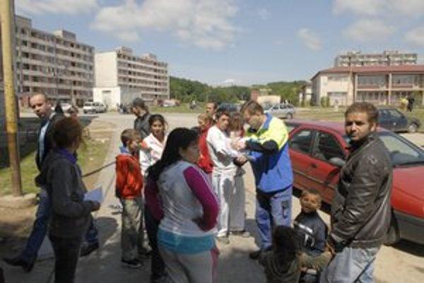 Výzvy na opustenie bytov. Zatiaľ ich rozniesli 225, dobrovoľne však bolo opustených len osem bytov.