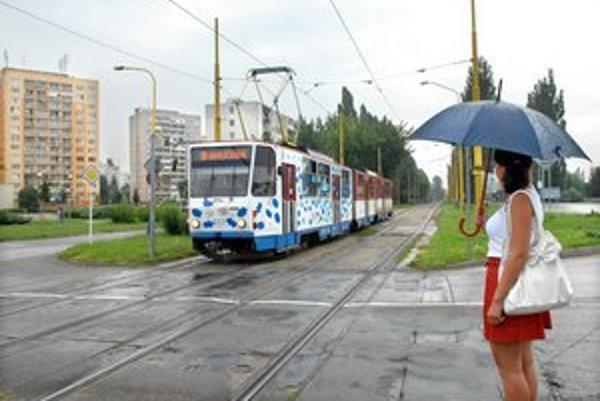 Električky. V úseku popri Ždiarskej ulici (biely blok) musia vodiči pribrzdiť.