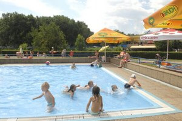 Hygienici striehnu. Zatiaľ neobjavili v bazénoch nič, prečo by ich museli dať zavrieť.