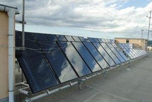 Na streche bloku je v dvoch radoch 36 solárnych panelov.