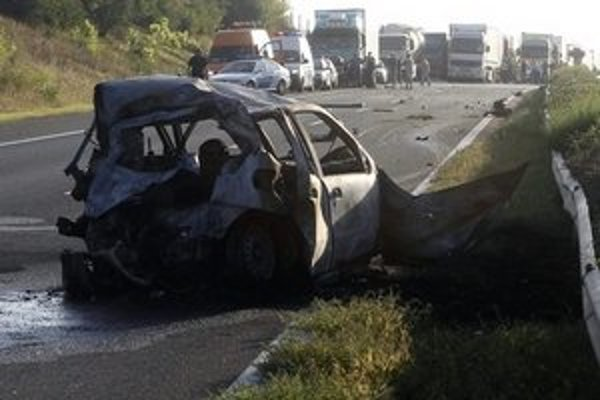 Vrak zhoreného Fiatu Punto, kde zahynuli traja ľudia.