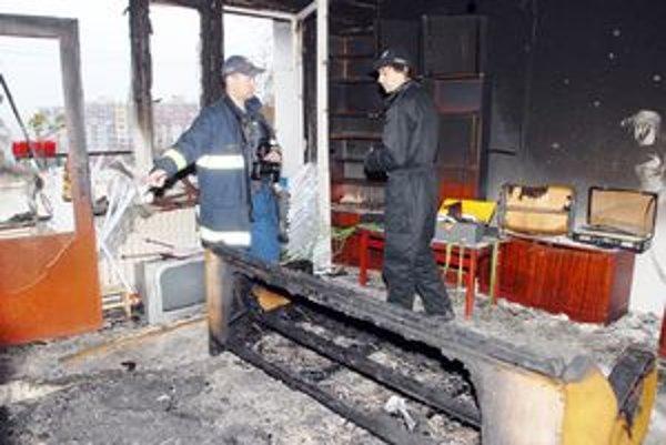 Oheň zničil zariadenie bytu.