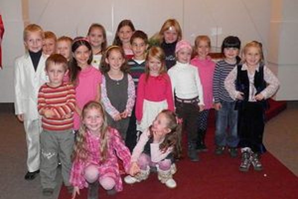 Tieto deti súťažili v prednese poézie v kategórii predškolský vek. Zlatá D. Spišáková druhá sprava, strieborná A. Kuchtová v podrepe vpravo a bronzová E. Rimančíková stojí piata zľava v ružovom