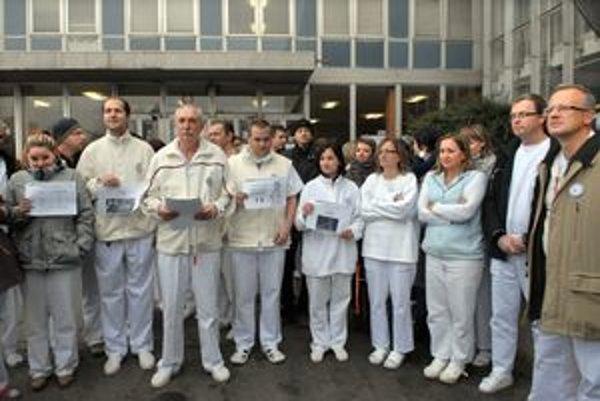 Protestujúci lekári, Predstúpili pred novinárov s papiermi v rukách, na ktorých poukazovali na platové podmienky.