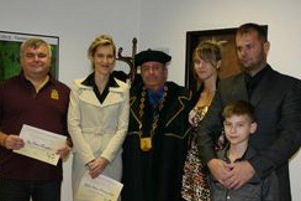 Bronzová. Z. Schwartzová (na snímke vpravo) s trénerom, starostom a rodičmi.