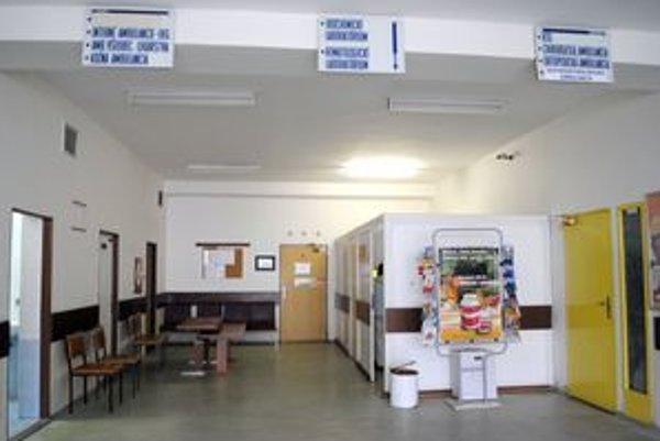 Poliklinika KVP. Chodby zívali prázdnotou, pacientov tam bolo málo.