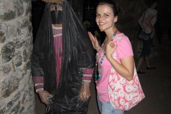 Lenka pri tradične oblečenej žene z púšte.
