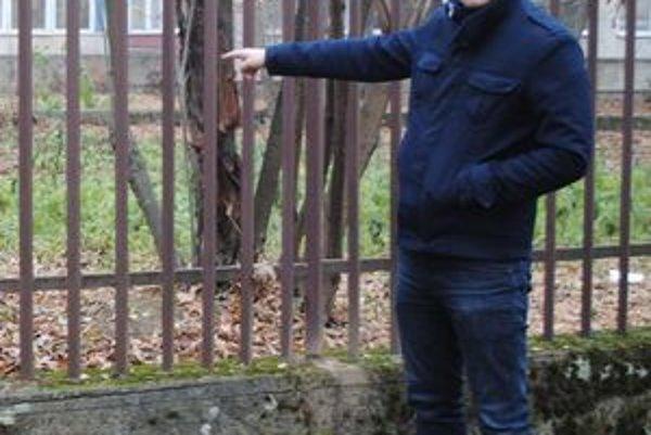 Za týmto plotom sa Erik kedysi schádzal s partiou skinheadov.