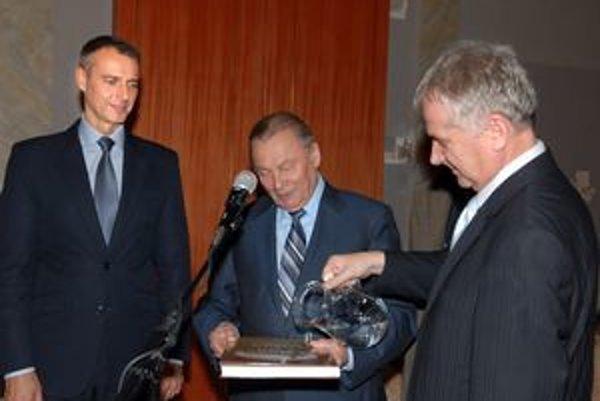 Publikáciu pokrstili pramenitou vodou. Zľava primátor Košíc R. Raši, exprezident R. Schuster a autor J. Gašpar.