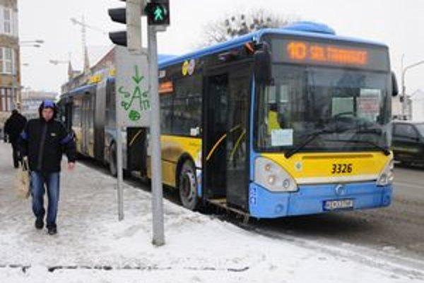 Dôchodcovia nad 70 rokov budú používať mestskú dopravu v Košiciach naďalej zadarmo.