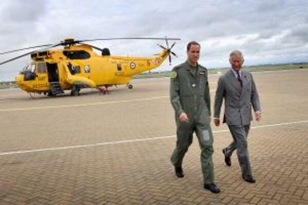 Britský následník trónu so svojím otcom Charlesom. V pozadí vrtuľník Kráľovského letectva.